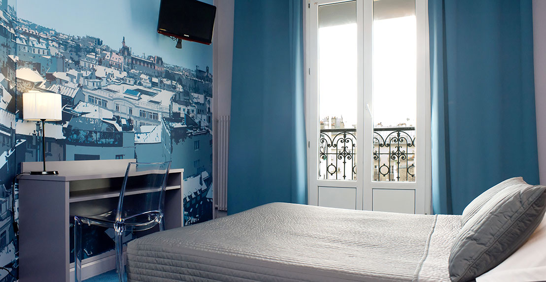 Superior bathtub tv satellite hotel odessa paris for Design hotel odessa